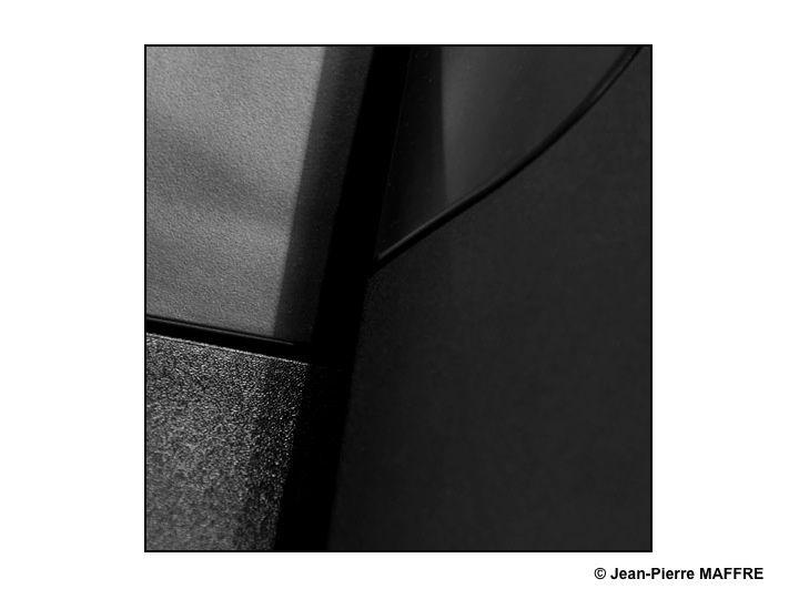 Les objets industriels par leurs textures et leurs nuances créent par leurs graphismes des détails proches de l'art abstrait.