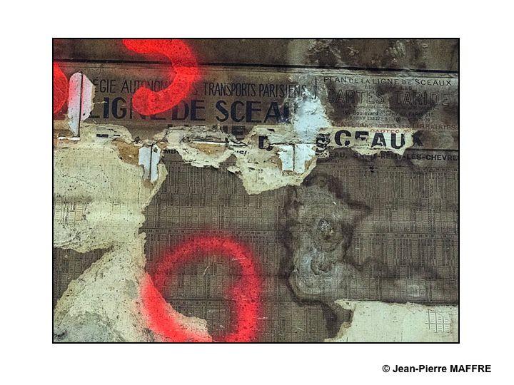 Dépouillée de son habillage métallique des années 1960, la station Trinité d'Estienne d'Orves du métro parisien nous dévoile son apparence antérieure.