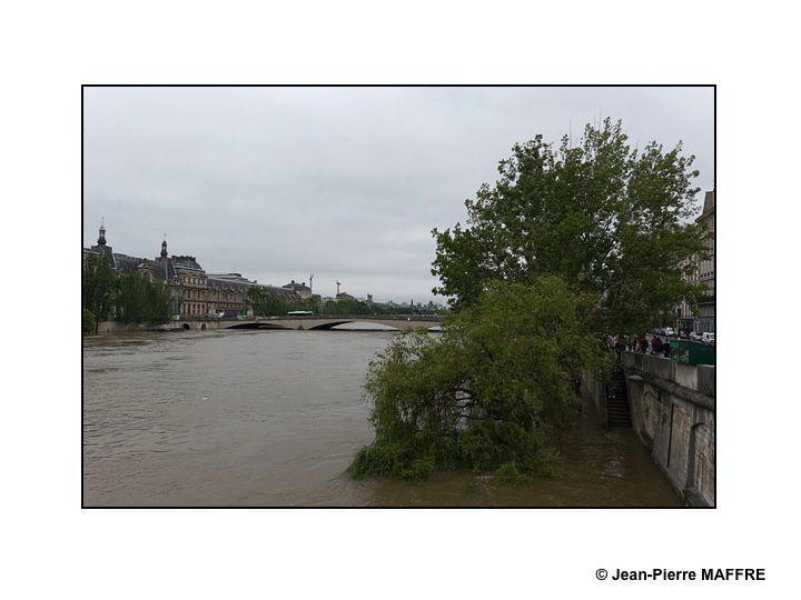 Une découverte inhabituelle de la Seine et de ses rives inondées entre le pont neuf et la Tour Eiffel.