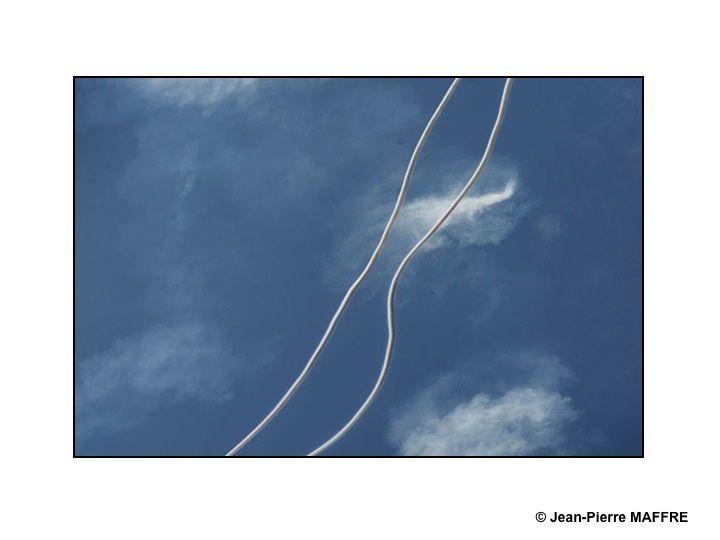 Les alliances entre les fumigènes des avions et le ciel nous font rêver.