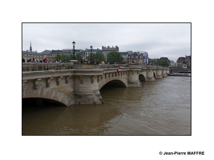 Une découverte inhabituelle de la Seine et de ses rives inondées entre le pont de Bercy et le pont neuf.