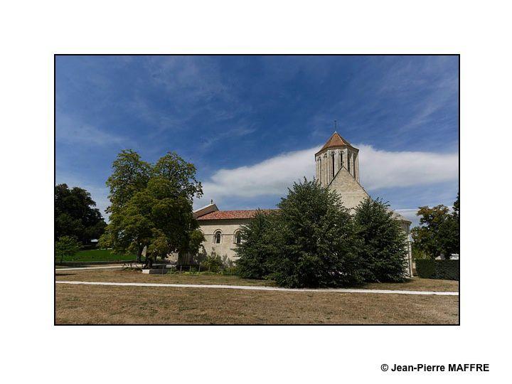 Fondée au 11e siècle, l'église Notre-Dame à Surgères (Charente-Maritime), est célèbre pour sa très large façade richement sculptée et son clocher.