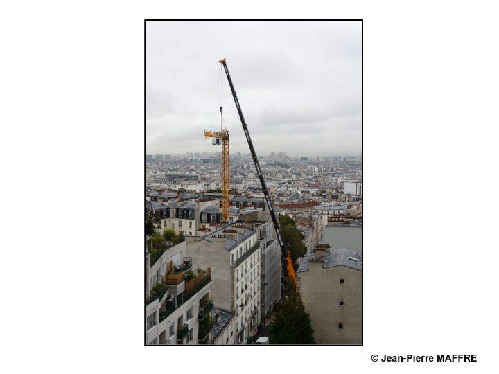 A Paris, sur une grue, des oiseaux se sont posés. Quelque mois plus tard la grue a disparu.