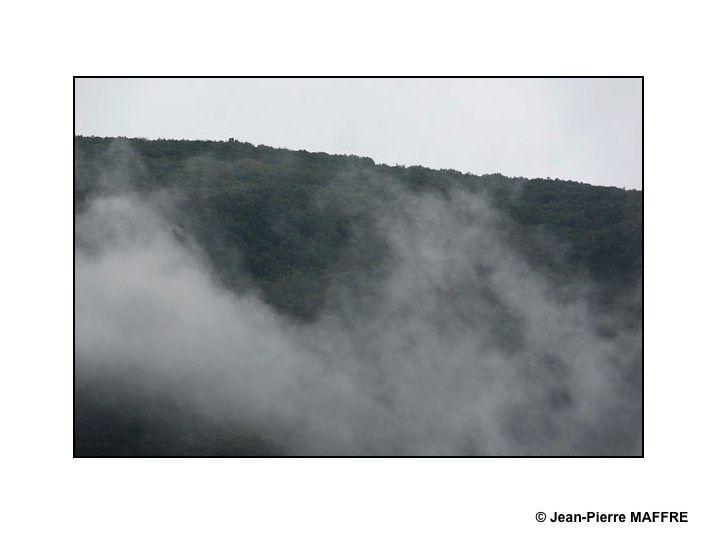 Brouillards, nuages, ciels et montagnes nous mènent doucement dans l'atmosphère poétique des estampes chinoises.