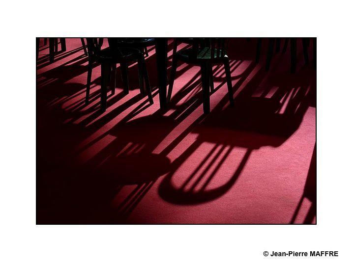Pourquoi les chaises ne serviraient-elles pas à rêver et à se laisser charmer par la magie des ombres.
