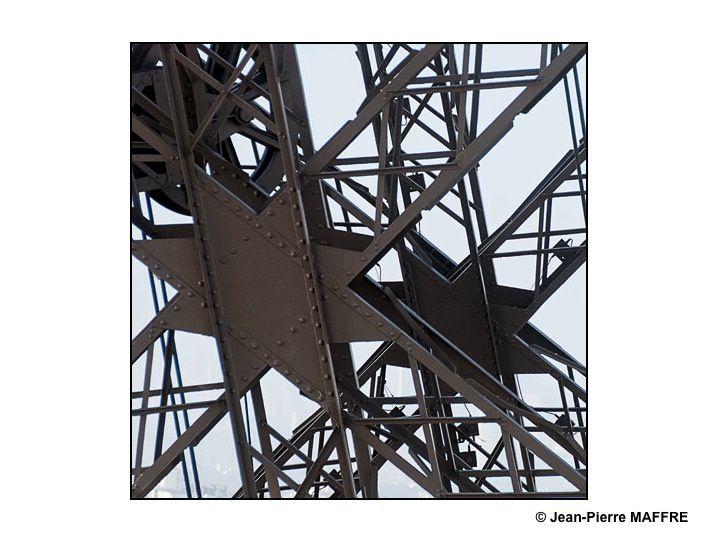 Toujours aussi jeune, la Tour Eiffel regorge de points de vues insolites qui s'offrent à un oeil attentif.