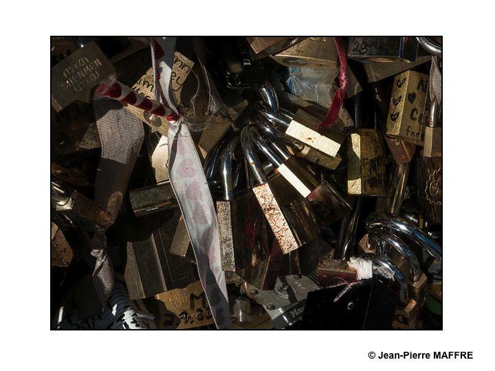 Cette coutume, commencée à Paris en 2008 sur le pont des Arts par les amoureux du monde entier consiste à accrocher d'innombrables cadenas aux grillages des ponts au risque de mettre en danger leur structure et de les faire chavirer d'amour.