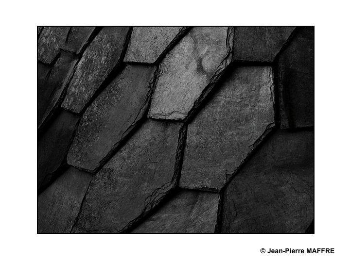 Les toitures couvertes d'ardoises nous réservent des surprises graphiques du plus bel effet.
