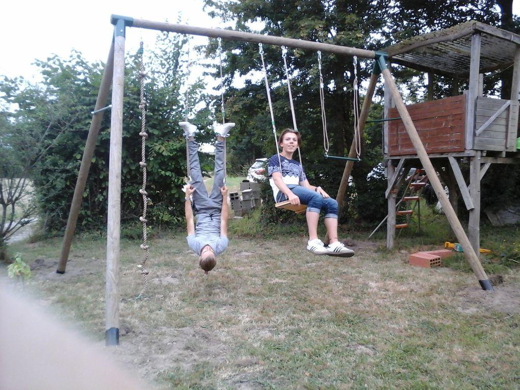 Jakob et Benjamin, stagiaires de l' été. Ils ne jouent pas : ils testent la balançoire qu'ils ont fabriqué avec Alain.