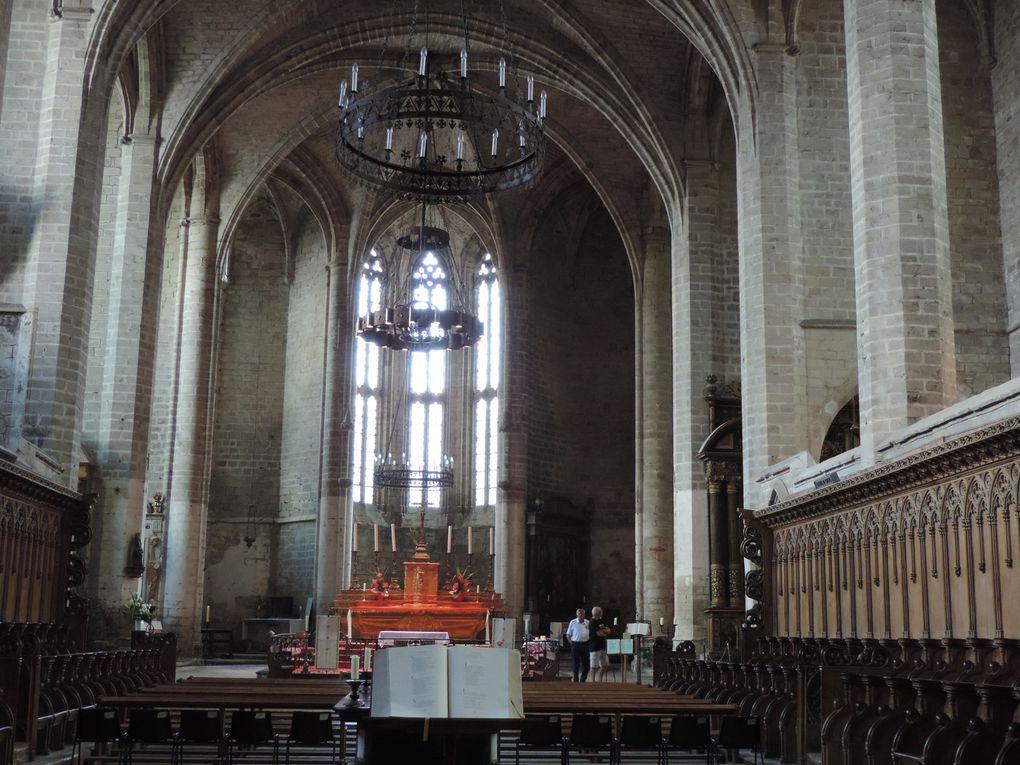 Le Choeur et les chaises des Moines, la salle de la Danse Macabre et le gisant du Pape Clément VI