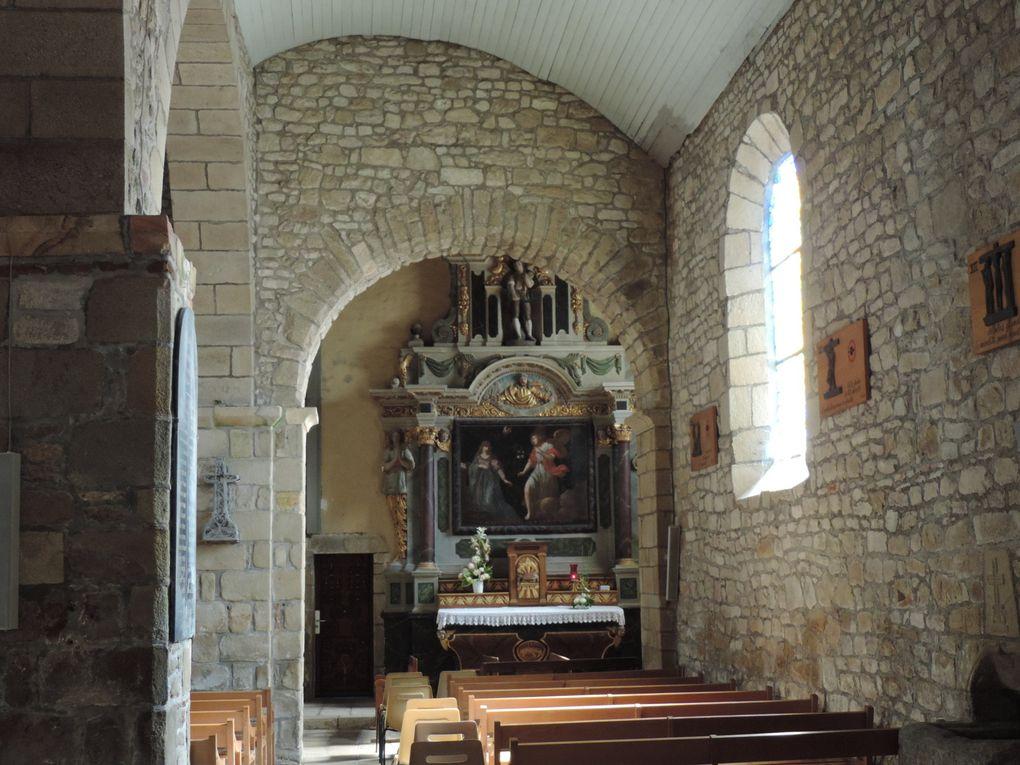 l'église de Locmariaquer dont le plafond peint en bleu se réfléchit sur les murs.