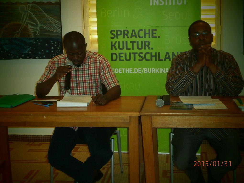 Idrissa Zorom à l'extrême droite&#x3B; Une vue du public avec la directrice de l'Institut Goethe en tête, Le public prenant un pot après la conférence&#x3B; Le conférencier répondant aux journalistes, EA