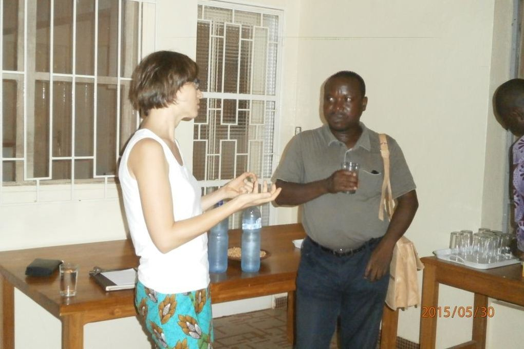 De gche à drte Sanou Noël, Kantagba Adamou&#x3B; la directrice du Goethe venue bien avant le début de la conférence, les échanges se sont poursuivis lors de la pause-café