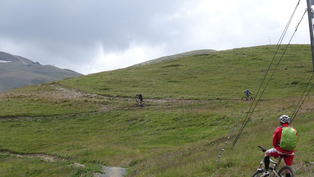 descente vers Livigno&#x3B; nous découvrons les tracés VTT que la commune a desciné sur les montagnes. C'est fun et sans danger. La fin du parcours sinue entre les sapins : Mouki est aux anges, il se croit en Alsace :)))