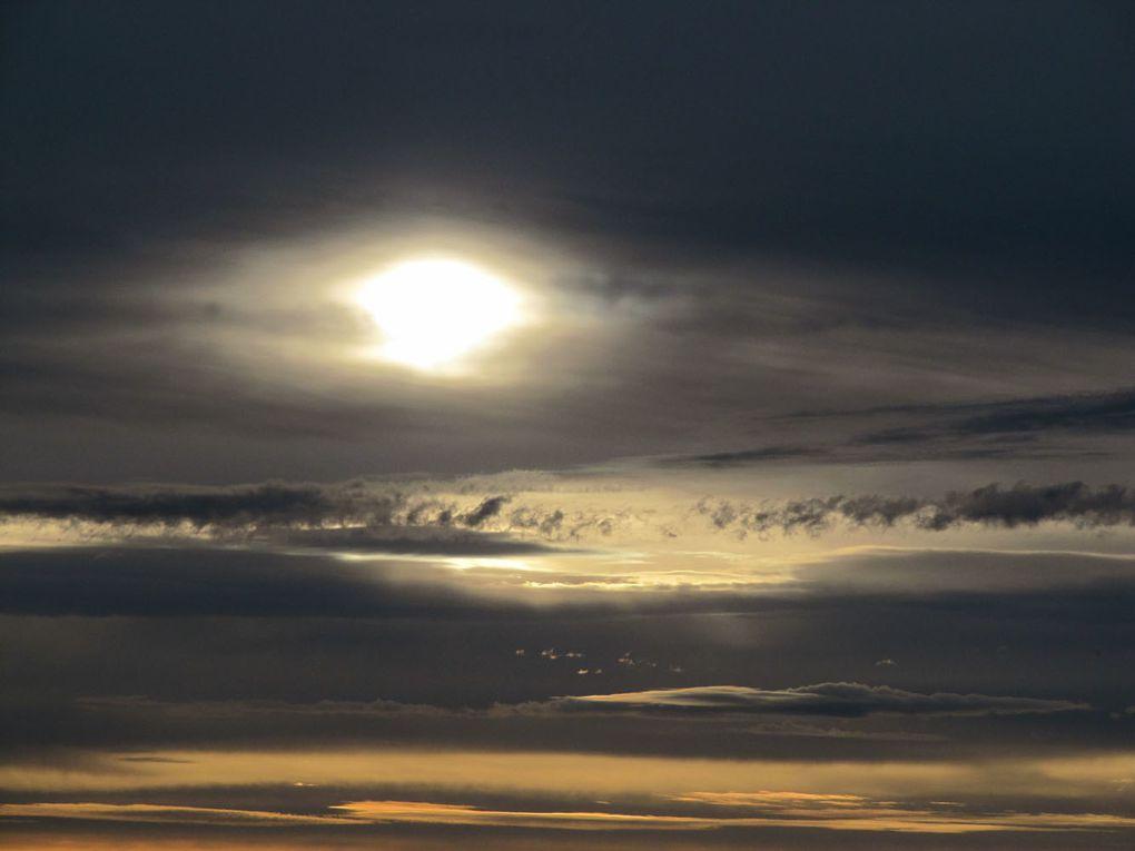 À l'aube. Le soleil monte vite et nous offre une multitude de ciels différents pour accompagner notre café…