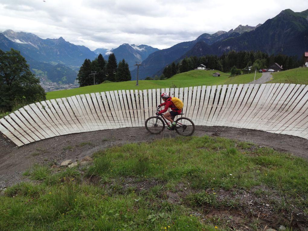 Phase deux de la descente : le bike park : sauts, virages relevés, et enfin lavage des vélos. Ces autrichiens sont décidément bien organisés. Ce que ne disent pas les images, c'est que P&A se sont vautrés comme des larves sur ce parcours, avec qqs douleurs qui persisteront au delà du séjour ...