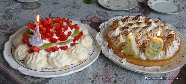 Tarte au citron meringuée et pavlova aux fraises et kiwi