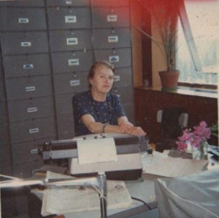 Dans son bureau à la Préfecture de Seine Maritime en 1972 puis chez elle à la retraite