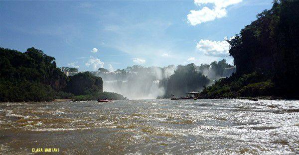 Chutes d'Iguazu - cours inférieur de la rivière et déversoir des chutes - Argentine. (laisser les images défiler)