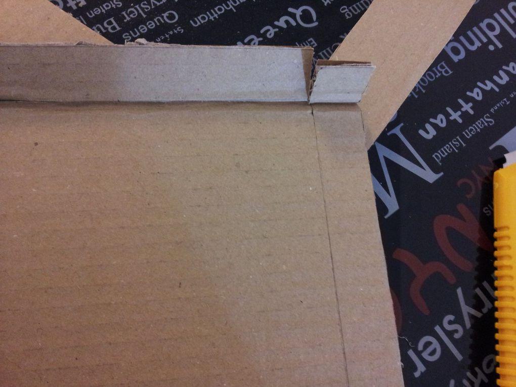 3ème étape: Pliez les 4 côtés du rectangle en suivant le trait intérieur, coupez au fur et à mesure les extrémités des angles au cutter pour pouvoir imbriquer les côtés et former les coins, comme indiqué sur les photos. Mettez à chaque coin un point de super glue, et maintenez avec des trombones le temps que la colle prenne.