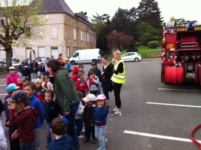 Les enfants découvrent les véhicules et leurs équipements