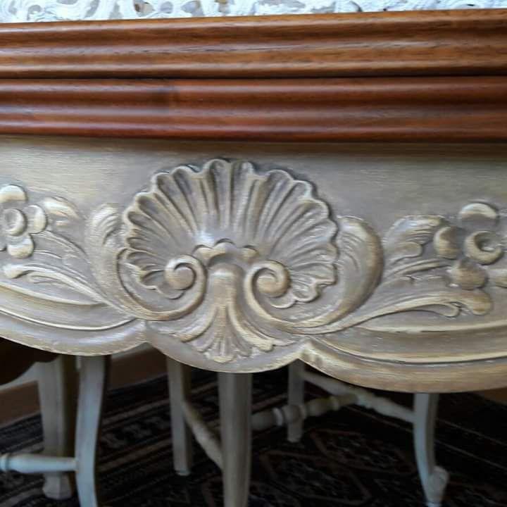 détail patine ombrée et cirée des sculptures sur bahut et table