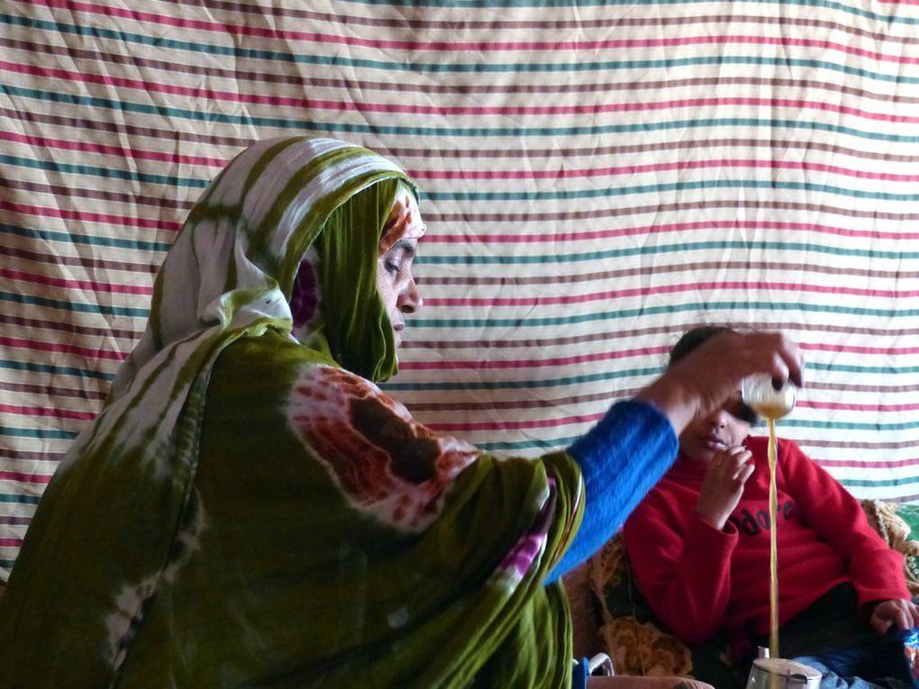 Alia prépare le thé, les maisons ruinées, vue du jardin d'Hassan, la zaouïa et le cimetière.