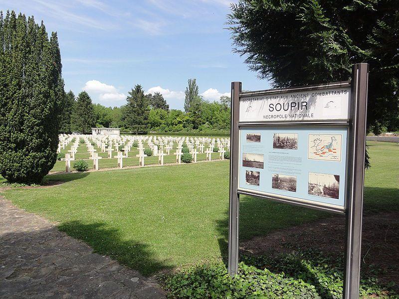 Exemple d'arrêté de nomination au grade de Chevalier de la Légion d'Honneur à titre posthume, le cimetière militaire de Soupir (02) où repose le Lieutenant Lucien Gaffet mort pour la France en 1914, la grille du cimetière militaire de la Targette au bord de la RD 937 entre Arras et Béthune