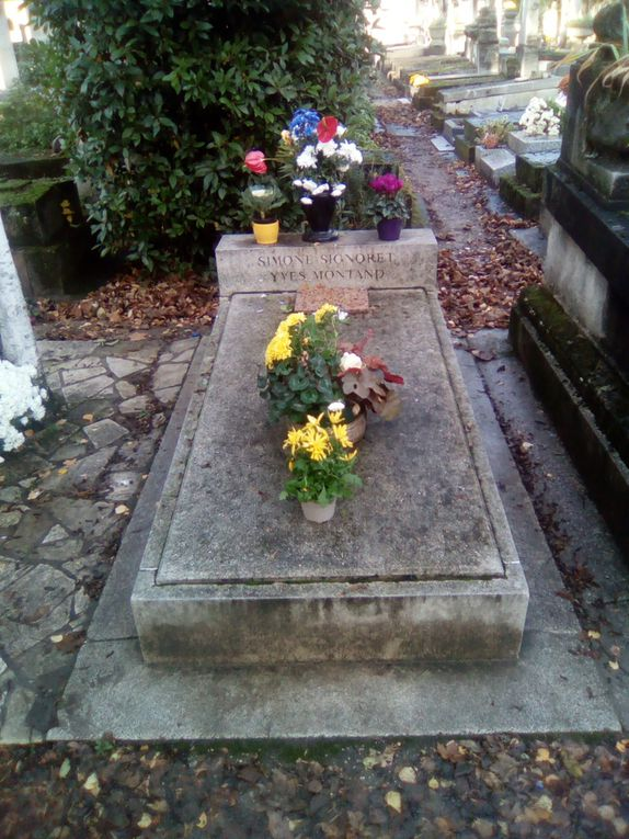 Tombes de Jim Morisson, Victor Noir, Montand/Signoret, Allan Kardec, Monument aux Morts de Bartholomé, Tombe d'un franc-maçon
