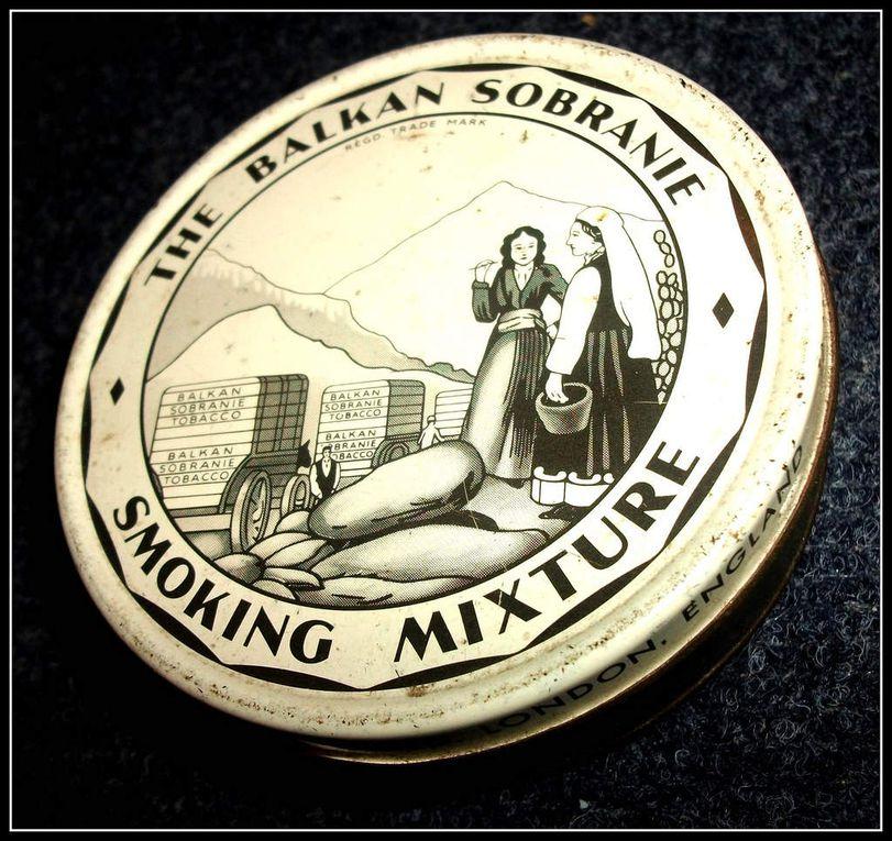 Photos d'époque de produits du tabac: Rothmans Bleues, Amsterdamer,  Balkan Sobranie. Portrait en majesté du Partre comme l'appelait Boris Vian, Portrait d'Humphrey Bogart