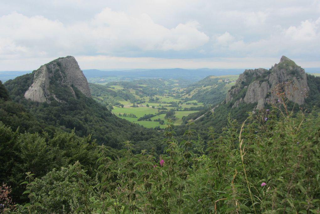 Les roches Tuilière et Sanadoire et le lac de Guéry ( Auvergne ).