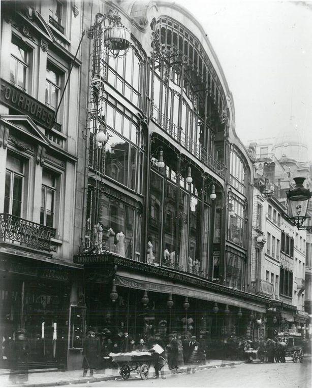 L'édifice est construit en 1901 par l'architecte Victor Horta. Il est par la suite profondément remanié pour finalement compter cinq étages et un total de 24 000 m2 de rayonnage et 8 000 m2 d'entrepôts : « Temple de la mode, palais des ménagères, bazar du luxe où l'on pouvait [presque] tout trouver ».