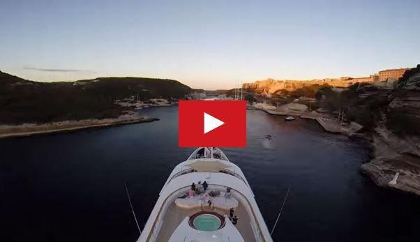 VIDEO - le super-yacht Chopi-Chopi se gare au chausse-pied, à Bonifacio