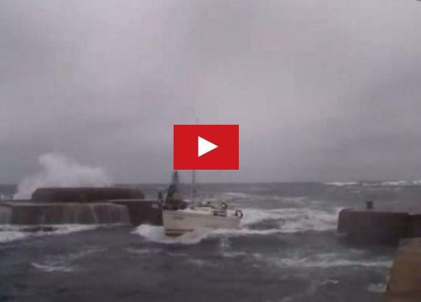 VIDEO - en pleine tempête, un voilier rentre au port... en surfant !