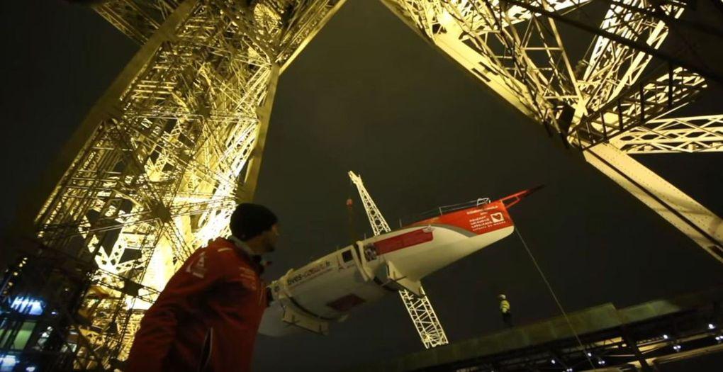 VIDEO - un voilier de 8 tonnes hissé cette nuit au 1er étage de la Tour Eiffel