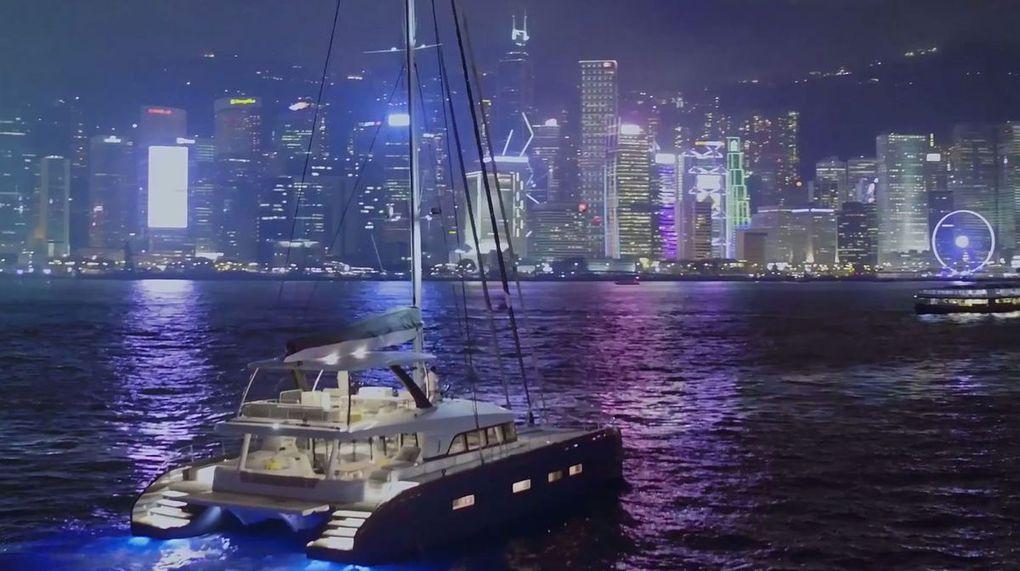 Vidéo - Majestueux, le Lagoon Seventy 7 navigant à la tombée du jour, en Baie de Hong-Kong