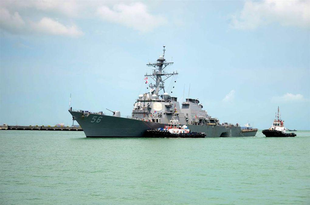 Images de l'USS John S. McCain / Le nouvel amiral de la 7ème Flotte, Scott Swift