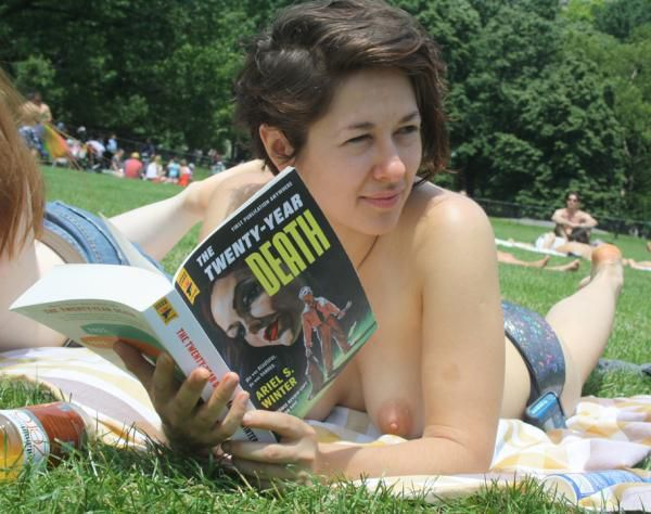 Photos : qui sont ces bibliophiles seins nus made in NYC ?