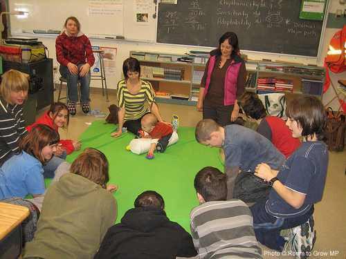 VIDEO: pour lutter contre la violence à l'école, emmenez un bébé dans la classe