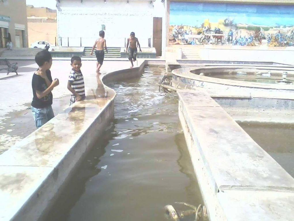 أطفال يسبحون في الماء الراكد طفالنا و غفلتنا عنهم تربويا الصور مأخوذة من فوارة ساحة المقاومة مقابل مركز البريد بالأغواط.(17 من أوت 2014 ) أطفال أبرياء يسبحون في مياه راكدة متعفنة لونا ورائحة،مستواهم العقلي لا يسمح لهم بإدراك ما يحوم حولهم من مخاطر صحية ،أضفْ إلى ذلك خطر حديد أنابيب المياه داخل الحوض. لو وفرنا لأطفالنا الوسائل التربوية الترفيهية الضرورية لَكُنَّا فعلا مسؤولين متحضرين ، و يهمنا فعلا مستقبلا تفجر طاقاتٍ ومواهبَ سيكون لها شأن في بناء البلاد و خدمة العباد. Mohamed Ghezal(Facebook)