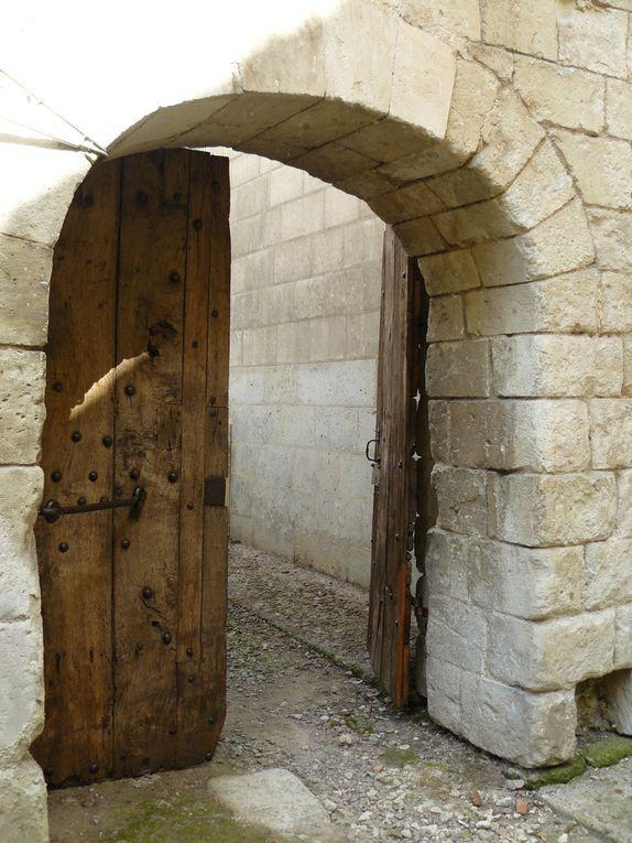 Portes et vestiges du cloître de l'abbatiale St Pierre de Preuilly (© F. Doucet)