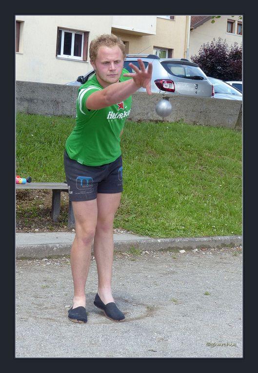 Les joueuses et joueurs au lancer de boules.