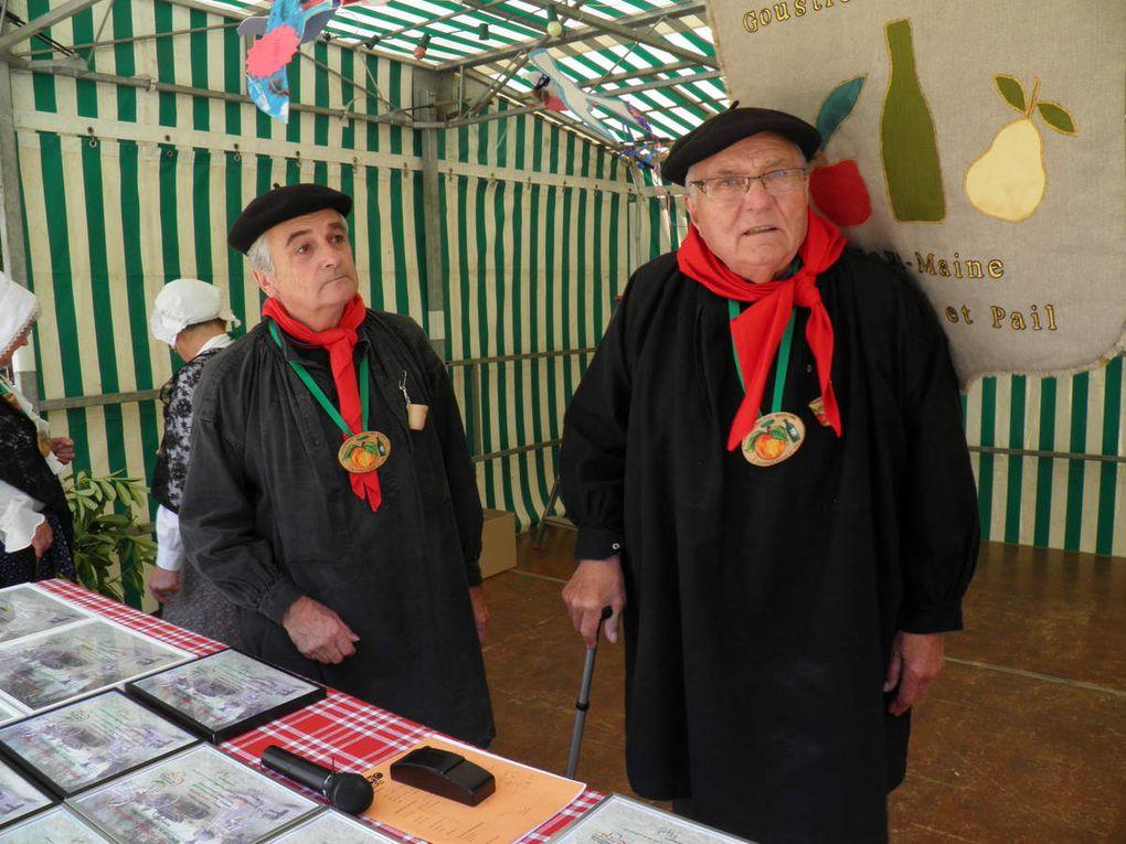 La mise en place pour la remise des prix. Michèle Abreuveux, correspondante de l'Orne Hebdo et Lucie Royer, correspondante du Courrier de la Mayenne sont présentes, ce dont nous les remercions.