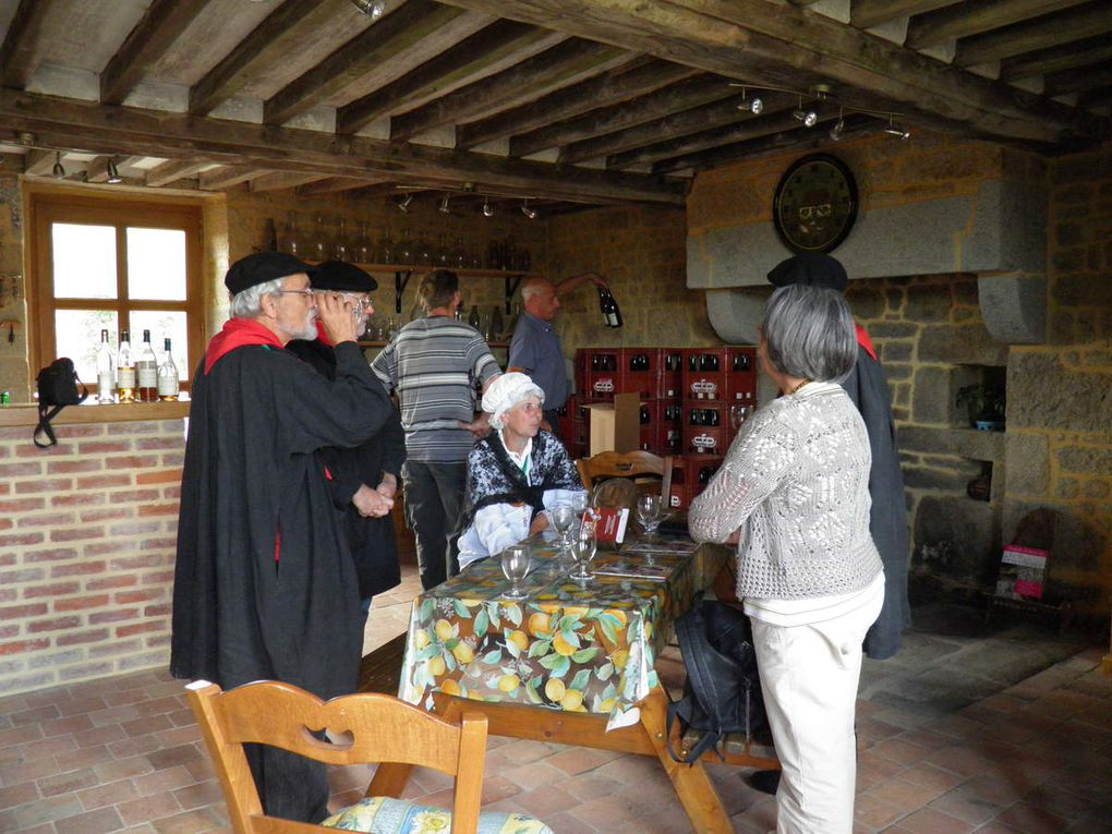 Photos de la visite des Fins Goustiers à la ferme cidricole de Hugues et Corinne Desfrièches.