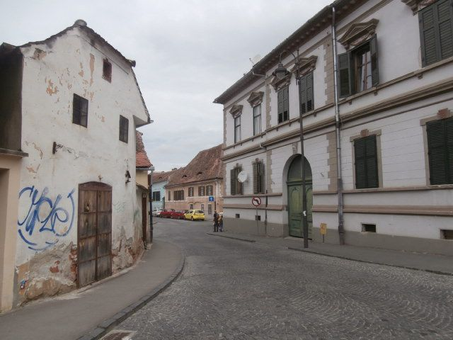 """La ville de Sibiu, très séduisante, superbement restaurée et conservée malgré les Ceaucescu, ville bastion de la culture allemande, beaucoup d 'échanges avec les allemands qui la fréquente nombreux et la nomment encore Hermannstadt. Sur les toits &#x3B; lucarnes en forme d amande appelées """"les yeux de Sibiu """". Sa Cathédrale ortodoxe  Sfanta Treime ressemble à """"Sainte Sophie"""" d Istanbul. Les premiers saxons sont arrivés dans la région au XII siècle. On y parle aussi  allemands"""