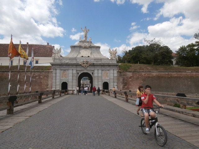 Alba Iulia ville fondatrice de la Roumanie en 1600, révolution en 1784...sa très belle citadelle ...Halsbourg and Co