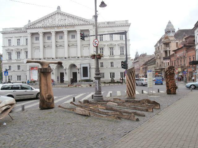 les 6 premières Arad et les  5 dernières Oradea (1 ère homme au gilet jaune et femme au tel port)