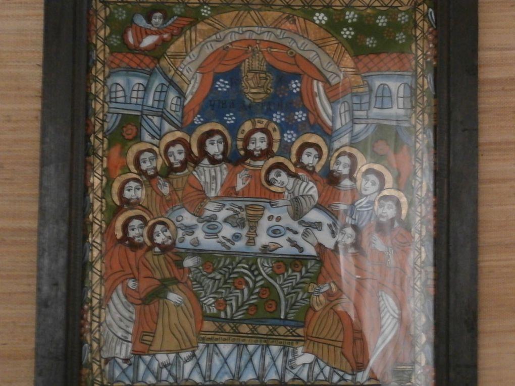 """exposition de peintres """"naifs"""" de la région , de costumes et de matériels agricoles au musée attenant  que récupère l 'église catholique."""