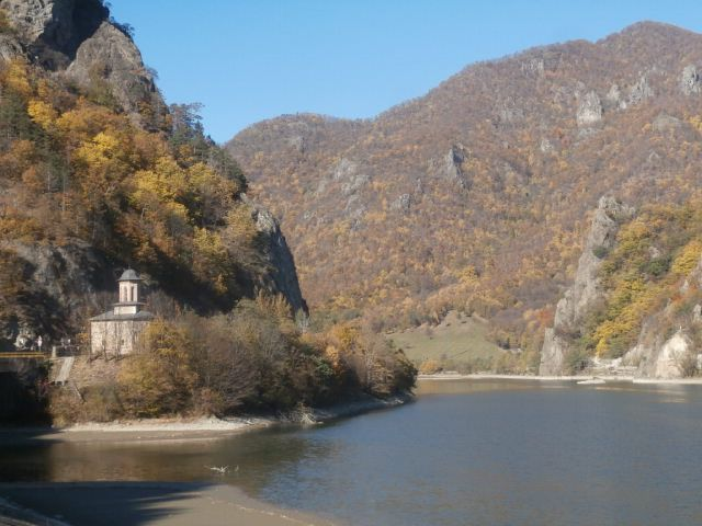 La plaine entre Caracal et Rm Valcea, puis le parc naturel de Cozia avec son monastère vu l an dernier sous des trombes d'eau.l, puis Voineasa.