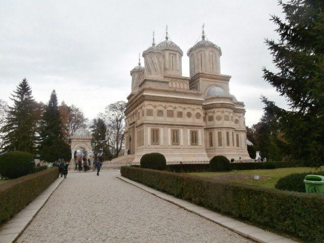 Curtea Arges, église saint Nicolas, le monastère et son église,le parc et la tombe de la maîtresse de Carol II, des champignos, des grattes culs des dindes et la polenta appelée mamaliguta...